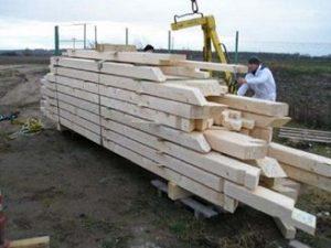 Ukázka dovozu krovu na stavbu